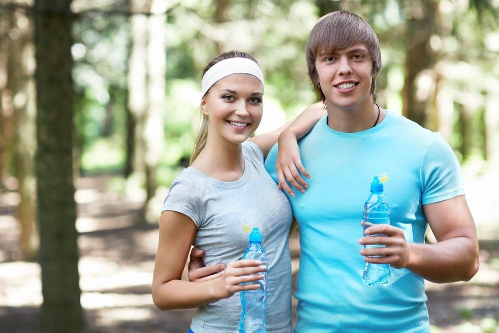 как восстановить организм: молодая пара пьет воду