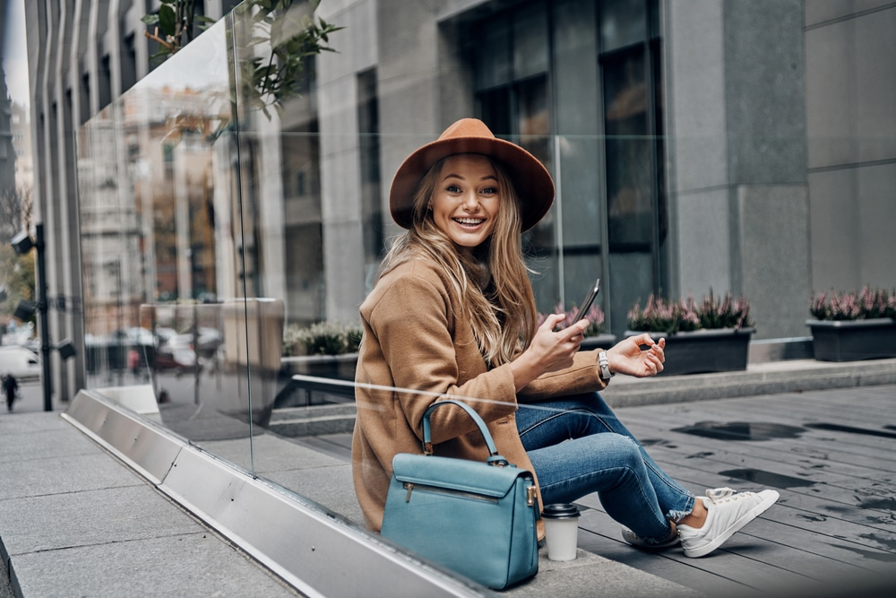 красивая и стильная девушка блондинка в шляпе